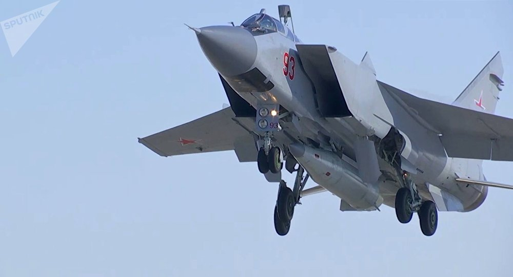 Un MiG-31 de las Fuerzas Aeroespaciales de Rusia realiza un lanzamiento de prueba del misil hiersónico Kinzhal