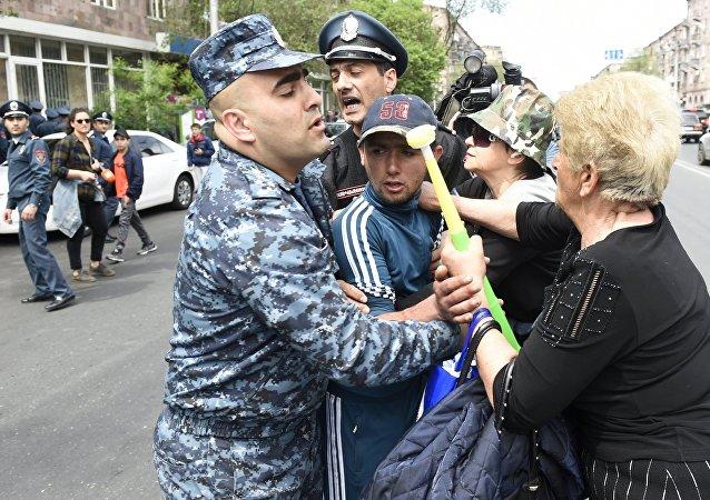 Enfrentamientos entre la Policía y los manifestantes durante las protestas en Ereván, Armenia