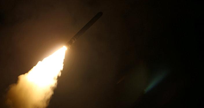 El destructor de misiles guiados USS Laboon dispara un misil de ataque terrestre Tomahawk en Siria el 14 de abril