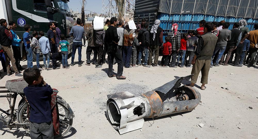 Los restos de un misil en Duma, Siria