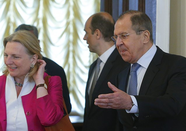 La ministra de exteriores de Austria, Karin Kneissl, y su homólogo ruso, Serguçei Lavrov