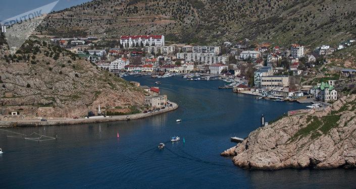 Vista de la bahía en Balaklava desde la fortaleza genovesa Cembalo, península de Crimea