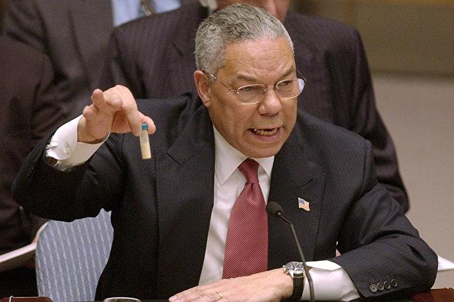 Colin Powell, secretario de Estado de EEUU entre 2001 y 2005, presenta ante la ONU una falsa muestra de ántrax como prueba del desarrollo de un programa de armas de destrucción masiva en Irak, 5 de febrero de 2003