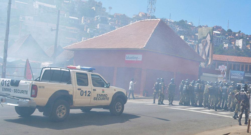 Policía durante la manifestación opositora en Antananarivo, Madagascar