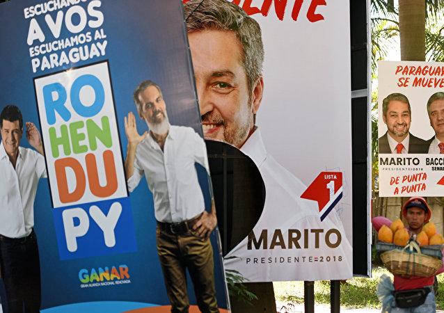 Los carteles con los retratos de los candidatos a la presidencia de Paraguay
