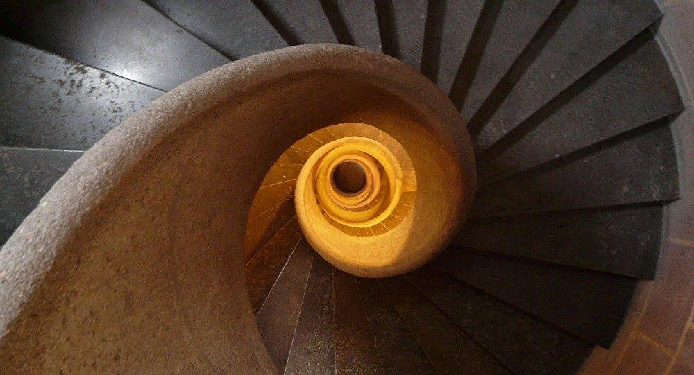 Una escalera, imagen referencial