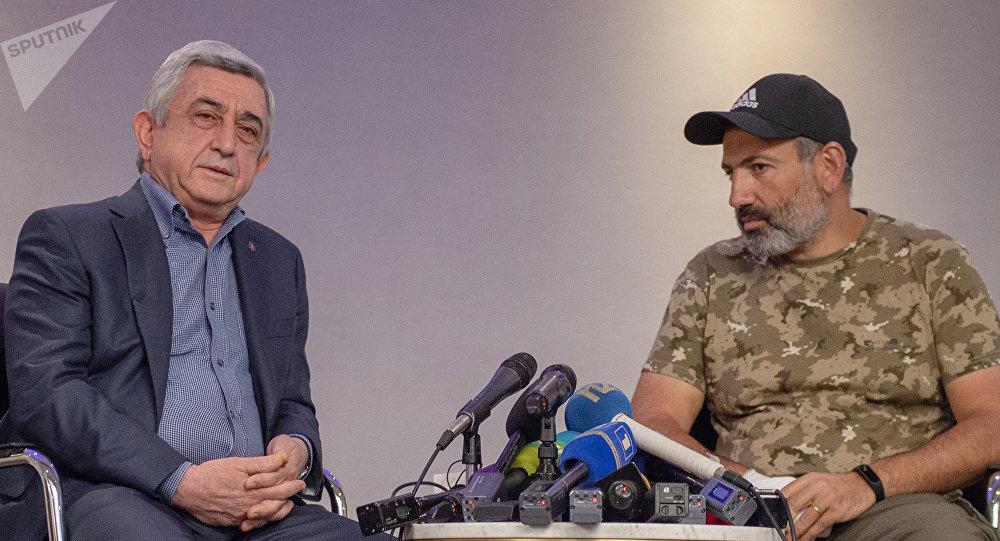 El primer ministro de Armenia, Serzh Sargsián, y el diputado opositor Nikol Pashinián
