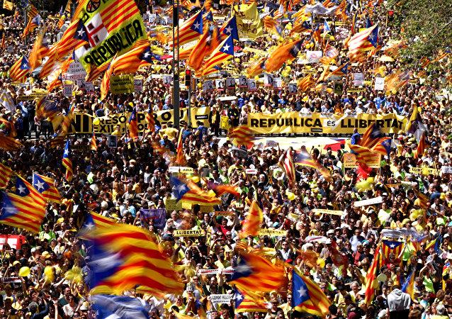 La gente protesta con las banderas separatistas de Cataluña en Barcelona (archivo)