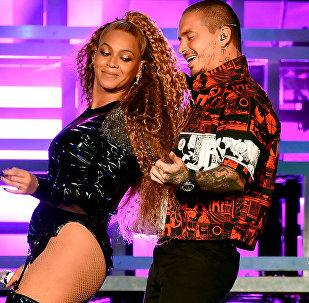 Los cantantes Beyoncé y J Balvin en su concierto en el festival Coachella