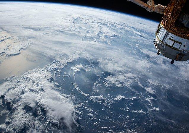 Satélite en la órbita de la Tierra