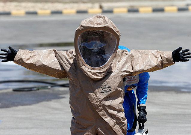 Un hombre en un traje de protección química (imagen referencial)