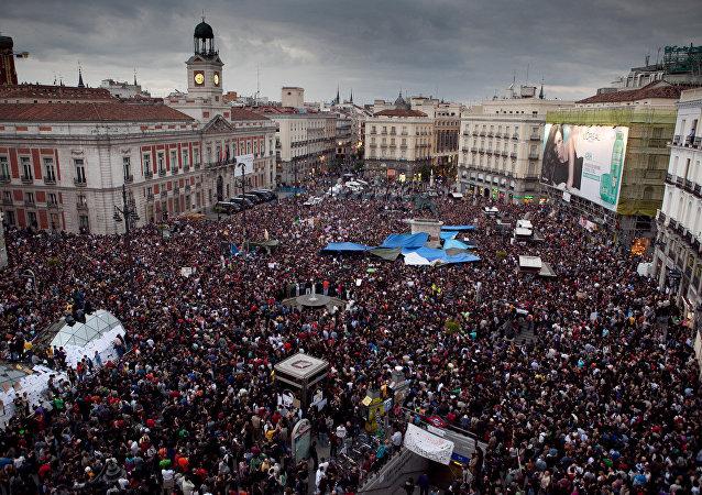 La gente en la Pierta del Sol en Madrid, España (imagen referencial)