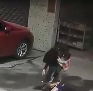 Como caído del cielo: una mujer china pierde el conocimiento al caerle un perro encima