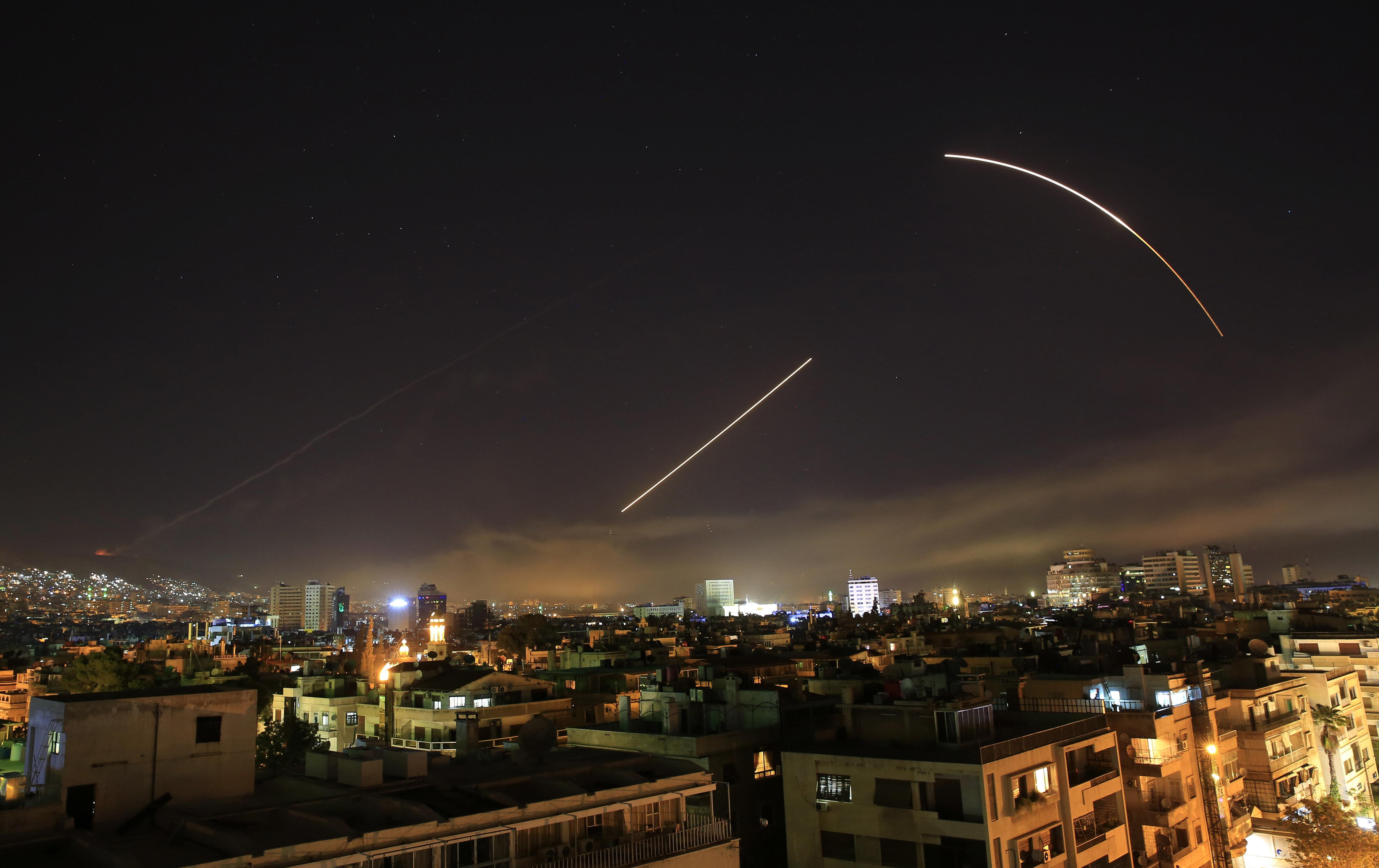 Los misiles cruzan el horizonte de Damasco cuando EEUU lanza un ataque contra Siria que apunta a diferentes partes de la capital
