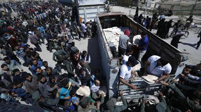 Entes del Gobierno sirio reparten ayuda humanitaria entre la población de Guta Oriental, recién liberada de los extremistas de Yeish al Islam, 16 de abril de 2018