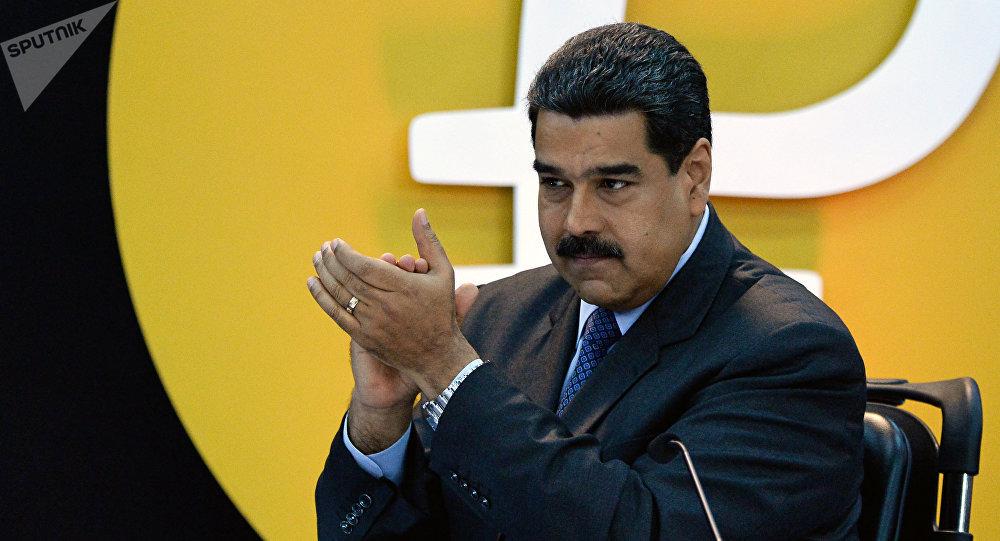Nicolás Maduro, presidente de Venezuela, junto al logo de la criptomoneda petro (archivo)