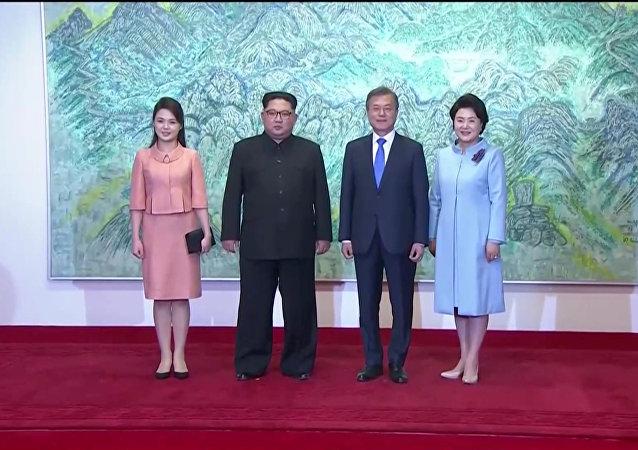 El líder de Corea del Norte, Kim Jong-un, y el presidente de Corea del Sur, Moon Jae-in con sus esposas
