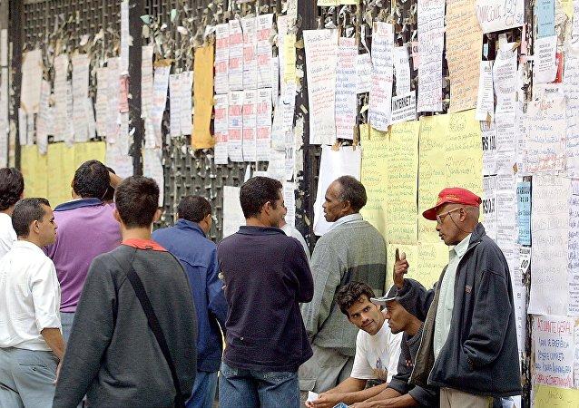 Brasileños desempleados miran ofertas de trabajo (archivo)
