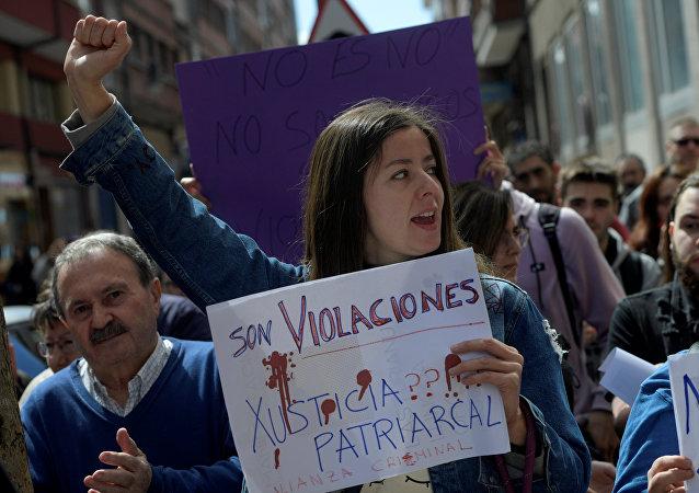 La gente durante una protesta después de que un tribunal español sentenciara a solo nueve años de cárcel a cinco hombres acusados de la violación grupal de una mujer de 18 años
