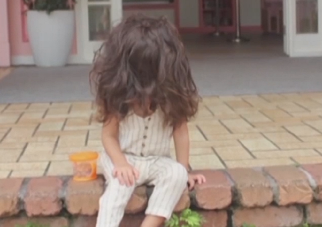 Esta 'mini Rapunzel' tiene una cabellera de otro mundo