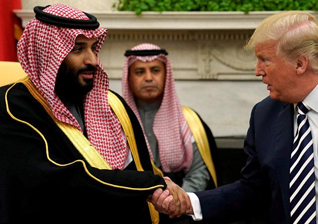 El presidente de EEUU, Donald Trump, estrecha la mano del príncipe heredero de Arabia Saudí, Mohammed bin Salman