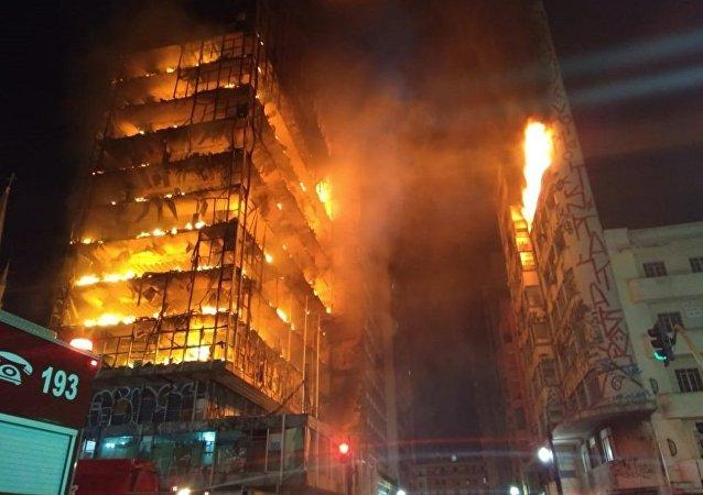 Un incendio derriba un edificio en Sao Paulo, Brasil
