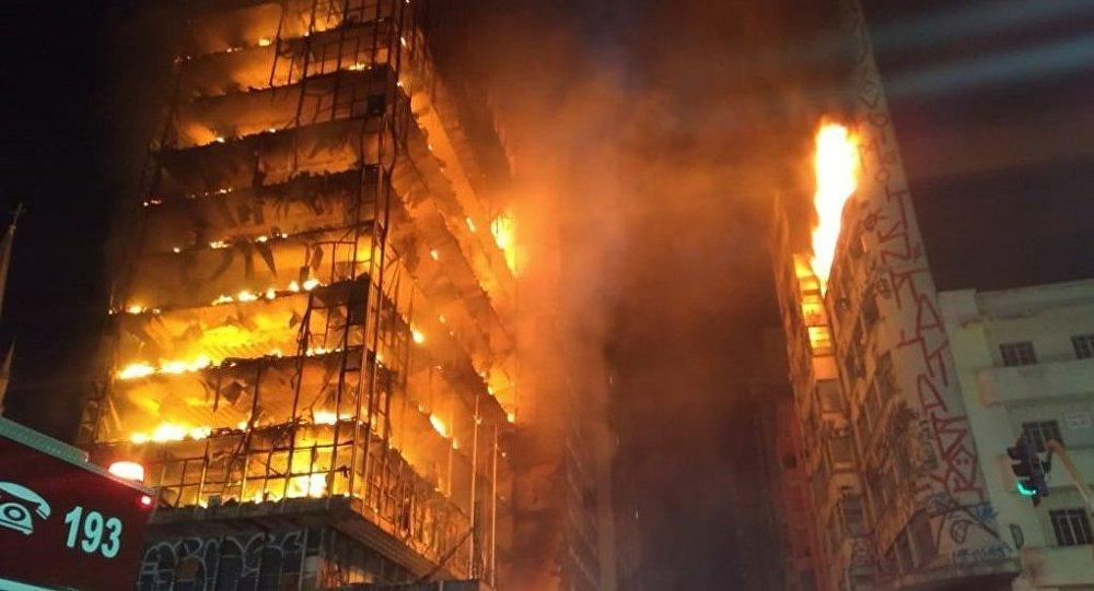 Reportan derrumbe de rascacielos tras incendio en Brasil