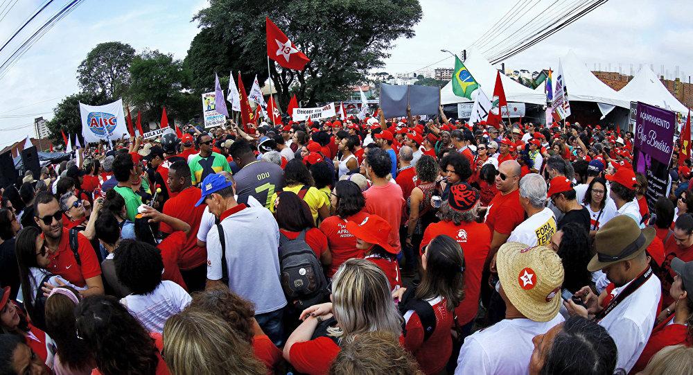 Manifestantes se reúnen junto a la cárcel en la que el expresidente brasileño Lula da Silva está preso