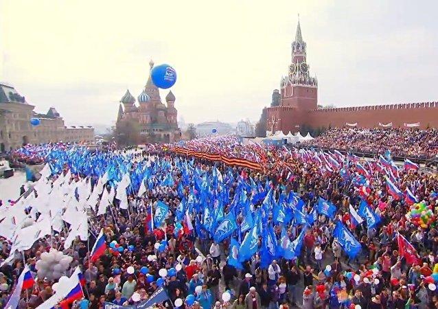 Más de 100.000 personas participan en las celebraciones del Primero de Mayo en Moscú