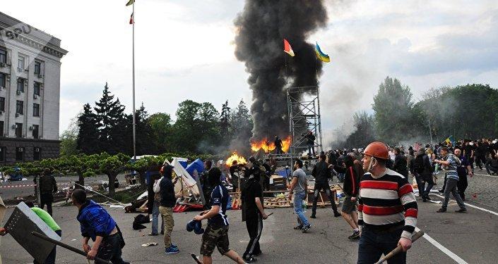 Disturbios enfrente de la Casa de los Sindicatos en Odesa, Ucrania (el 2 de mayo de 2014)