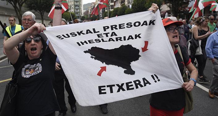Los manifestantes con el cartel en el que se lee Prisioneros vascos, id a casa! (imagen referencial)