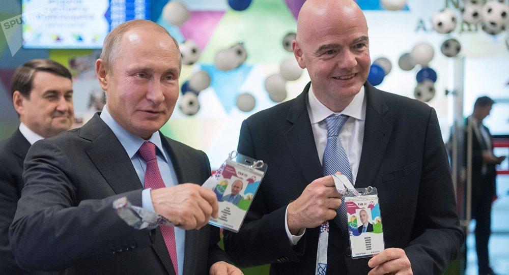 El presidente ruso, Vladimir Putin, y el presidente de la FIFA, Gianni Infantino, reciben su FAN ID