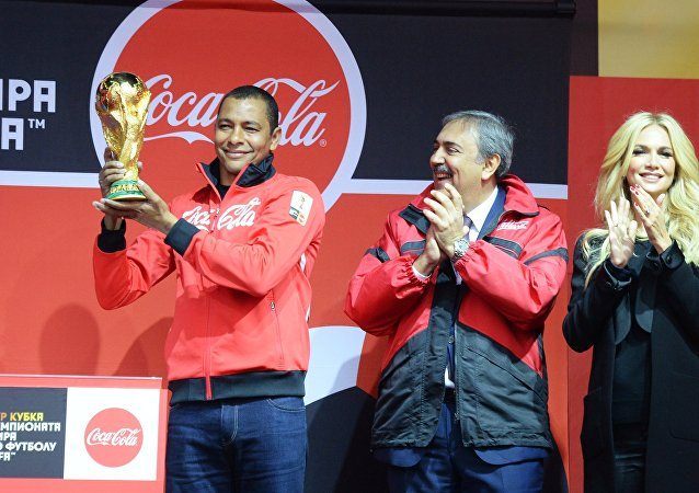 El futbolista brasileño, Gilberto Silva, recibe el trofeo original de la Copa Mundial 2018 en Vladivostok, Rusia