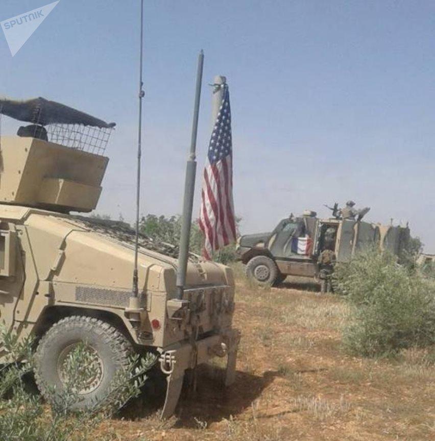 Vehículos blindados con banderas de EEUU y Francia cerca del río Sajur