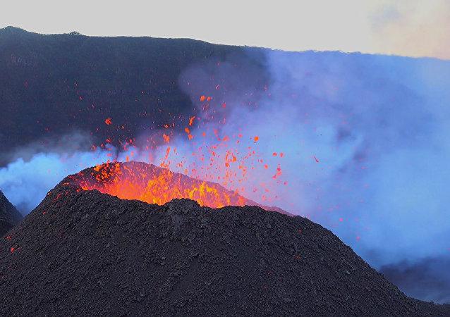 El volcán Pitón de la Fournaise en plena erupción