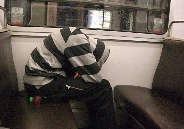 Hombre durmiendo en el tren
