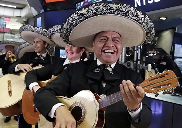 Mariachis cantan en la bolsa de valores de Nueva York, en conmemoración del Cinco de Mayo (archivo)
