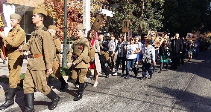 Comunidad rusa en Chile realiza el Regimiento Inmortal en las calles de Santiago