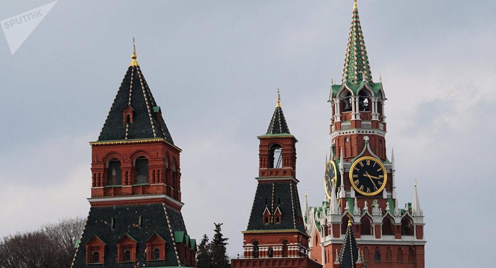 Las torres Nabatnaya, Konstantino−Eléninskaya y Spásskaya de Kremlin de Moscú