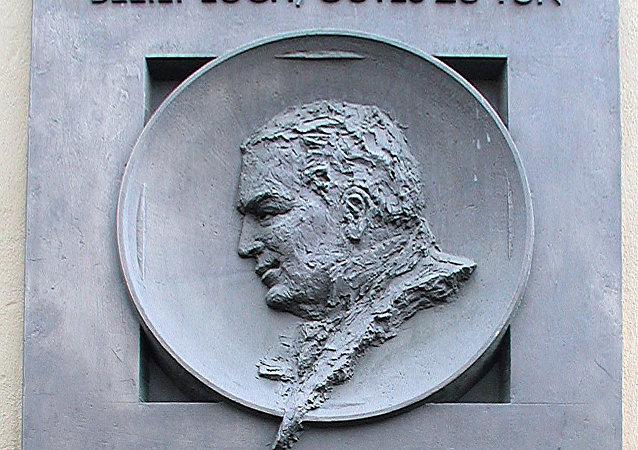 La placa conmemorativa en honor al doctor ruso Fiódor Haass