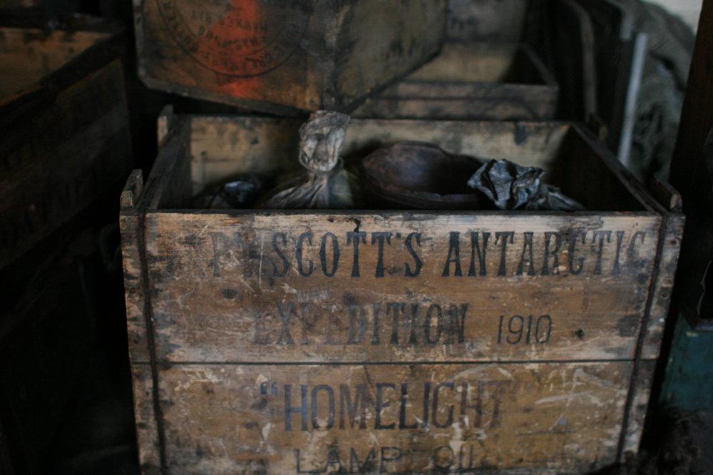 Caja con reservas de aceite de lámpara en la chabola de Scott