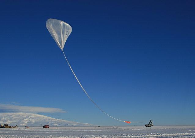 El lanzamiento de ANITA (durante las noches blancas de la Antártida)