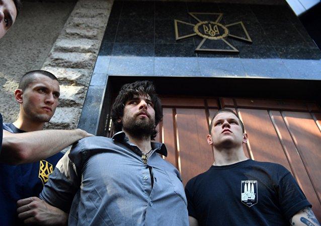Radicales ucranianos detienen a un brasileño, Rafael Lusvarghi, que luchó en Donbás