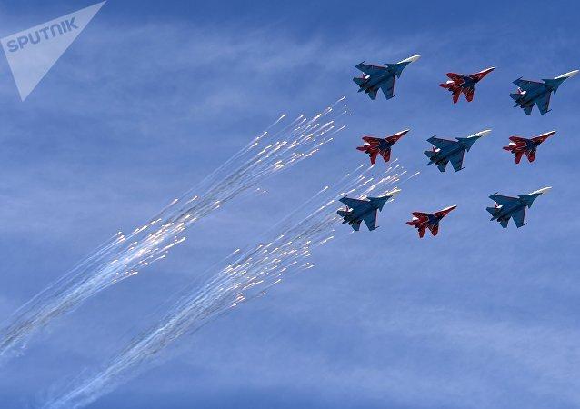 Los cazas Su-30SM y MiG-29 de los grupos de alto pilotaje rusos Russkie Vityazi y Strizhí sobrevuelan Moscú