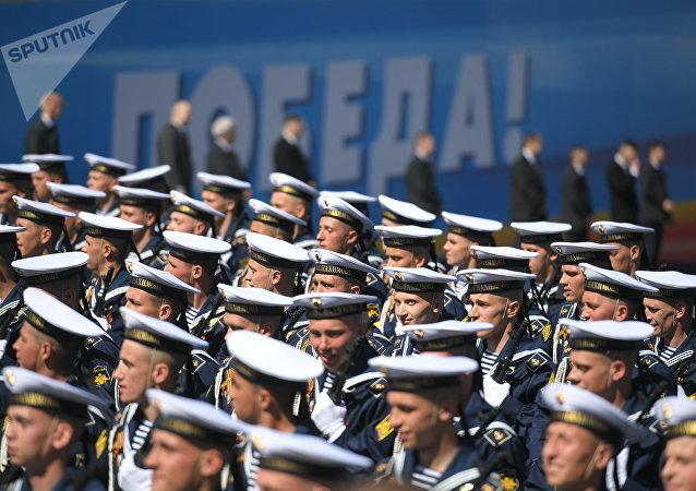 Militares de la Escuela Naval Superior Almirante Najimov durante el Desfile del Día de la Victoria en la Plaza Roja, Moscú, Rusia