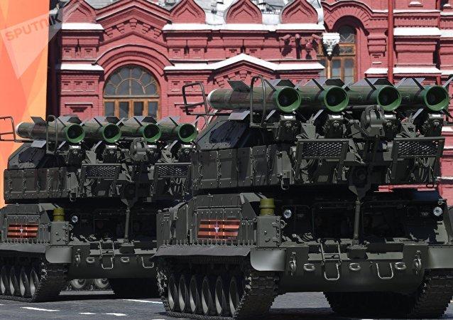 Sistema de misiles antiaéreos Buk-M2 durante el Desfile del Día de la Victoria en la Plaza Roja, Moscú, Rusia