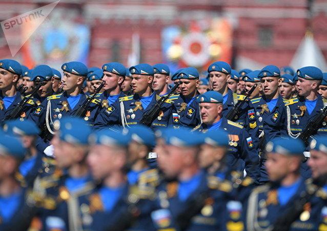 Fuerzas Aerotransportadas durante el Desfile del Día de la Victoria en la Plaza Roja, Moscú, Rusia