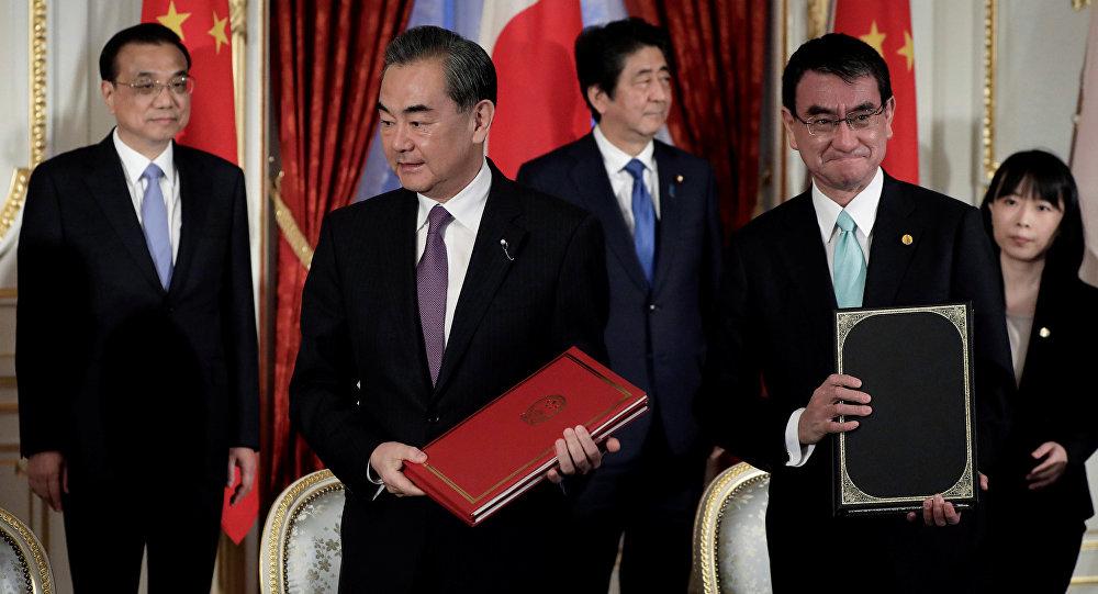 De izquierda a derecha, el primer ministro chino, Li Keqiang, el ministro de Exteriores chino, Wang Yi, el primer ministro japonés, Shinzo Abe, y el de Exteriores, Taro Kono, durante la reunión en Japón el 9 de mayo de 2018.