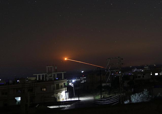 Un misil sobrevuela una ciudad (imagen referencial)