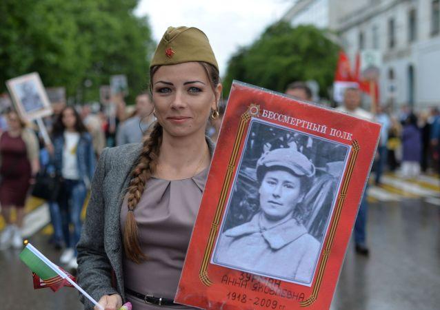 Una participante de la acción Regimiento Inmortal en Sebastopol el 9 de mayo de 2018